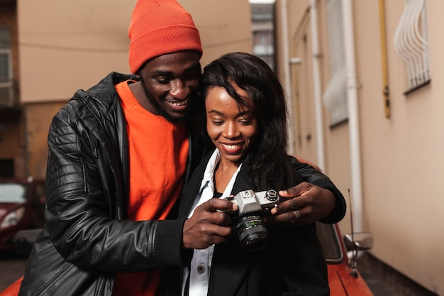Gelukkig afro-amerikaans paar dat camera bekijkt