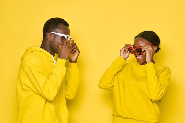 Gelukkig afro-amerikaanse echtpaar met zonnebril
