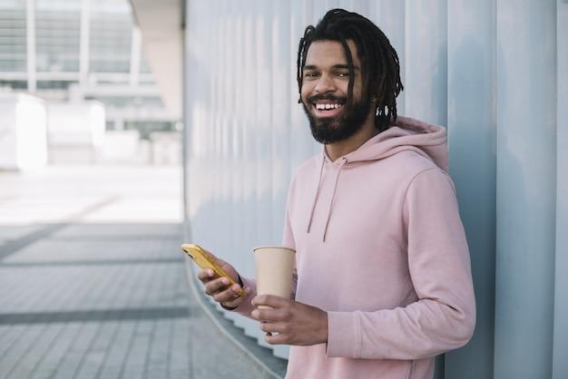 Gelukkig afro-amerikaanse man buitenshuis
