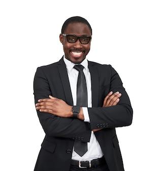 Gelukkig afro-amerikaanse zakenman permanent met gekruiste armen. positieve persoon.