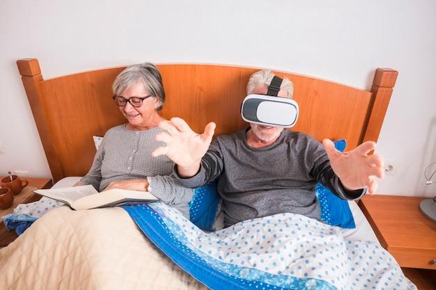 Gelukkig alternatief grappig oud senior paar blanke mensen grootvaders genieten in de slaapkamer