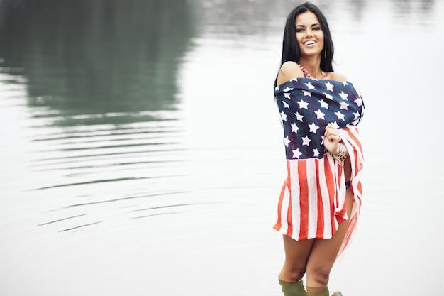 Gelukkig amerikaanse vrouw