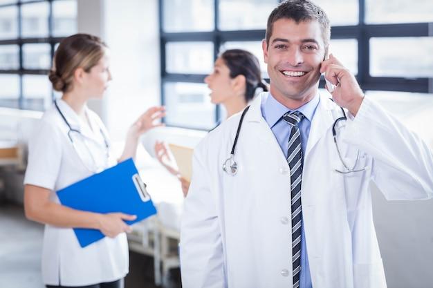 Gelukkig arts aan de telefoon in het ziekenhuis