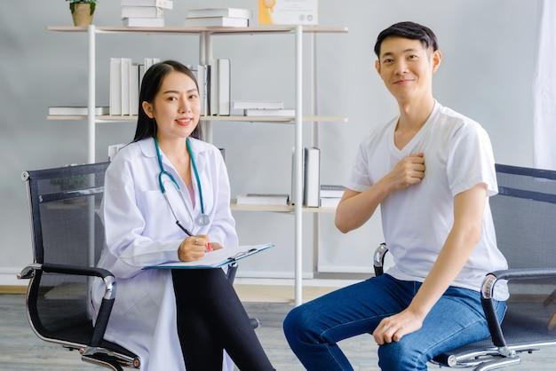Gelukkig arts en man patiënt
