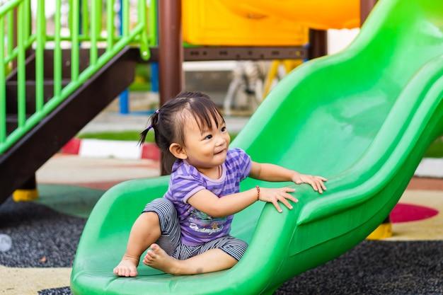 Gelukkig aziatisch en kindmeisje dat glimlacht lacht.