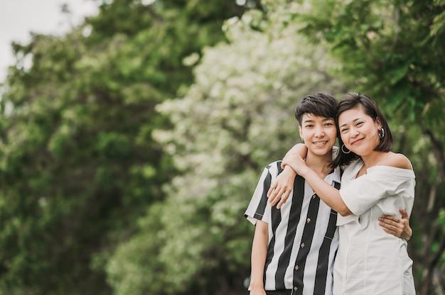 Gelukkig aziatisch lesbisch verliefd koppel