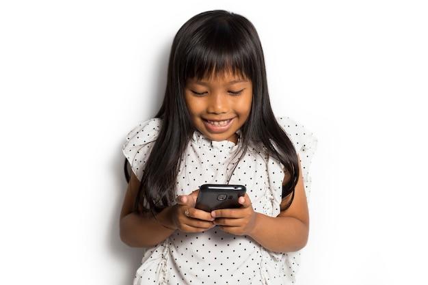 Gelukkig aziatisch meisje met behulp van slimme telefoon