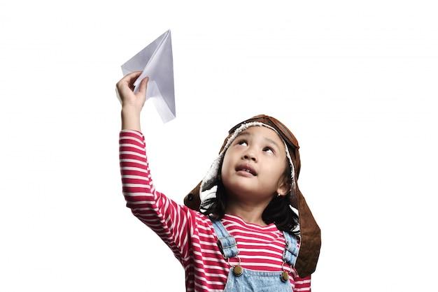 Gelukkig aziatisch meisje spelen met speelgoed papieren vliegtuigje