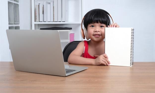 Gelukkig aziatisch meisje student online leren klasse van een computer met een leraar
