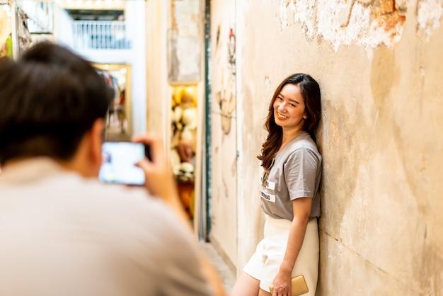 Gelukkig aziatisch paar dat een foto neemt