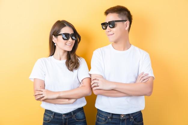Gelukkig aziatisch paar in studio
