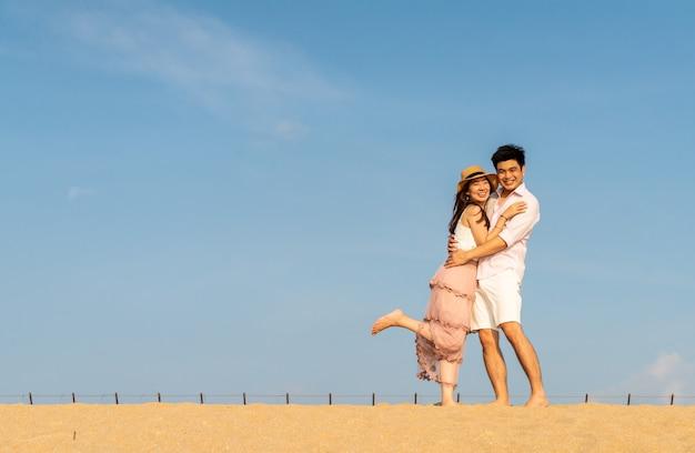 Gelukkig aziatisch paar verliefd op blauwe hemel