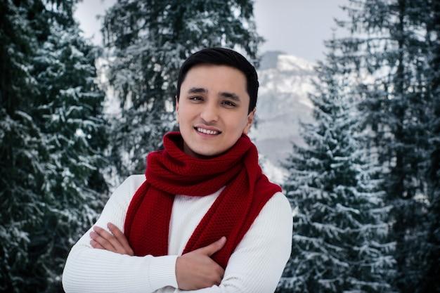 Gelukkig aziatische jonge man met winterkleren.