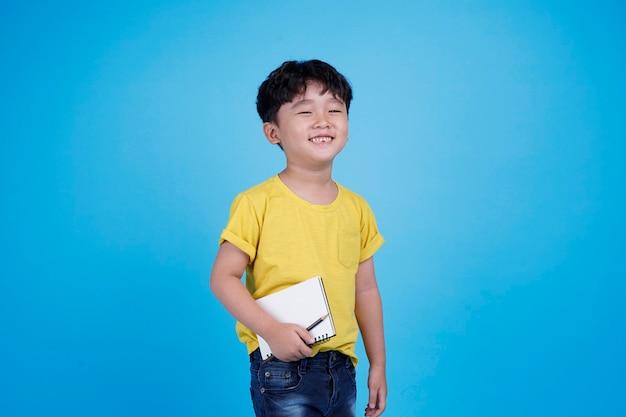 Gelukkig aziatische kleine jongen met koptelefoon luisteren naar muziek