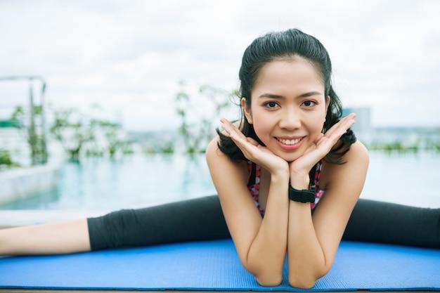Gelukkig aziatische sportieve vrouw
