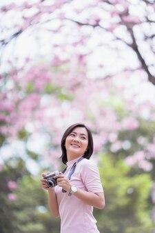 Gelukkig aziatische vrouw met camera