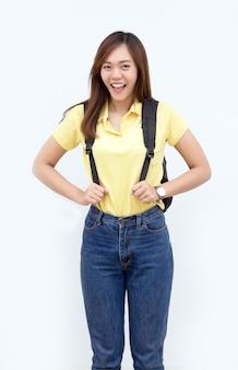 Gelukkig aziatische vrouw op zoek camera met schooltas op witte geïsoleerde achtergrond