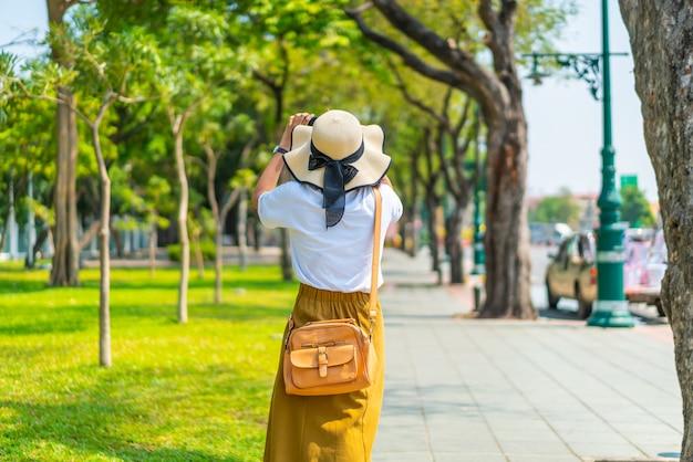 Gelukkig aziatische vrouw reizen in thailand