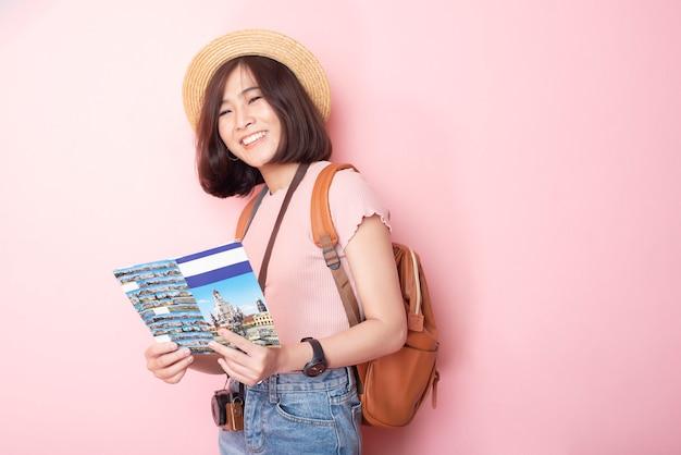 Gelukkig aziatische vrouw toerist