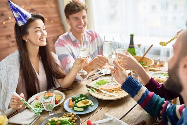Gelukkig aziatische vrouw viert verjaardag met vrienden