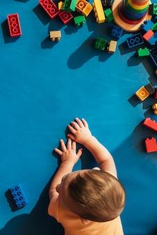 Gelukkig baby spelen met blokken in de kleuterschool.