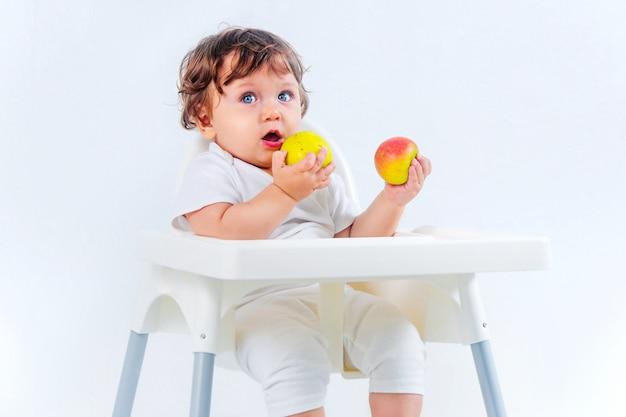 Gelukkig babyjongen zitten en eten