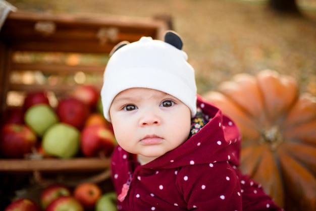 Gelukkig babymeisje in de herfst park