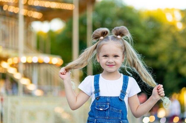 Gelukkig babymeisje met plezier in een pretpark