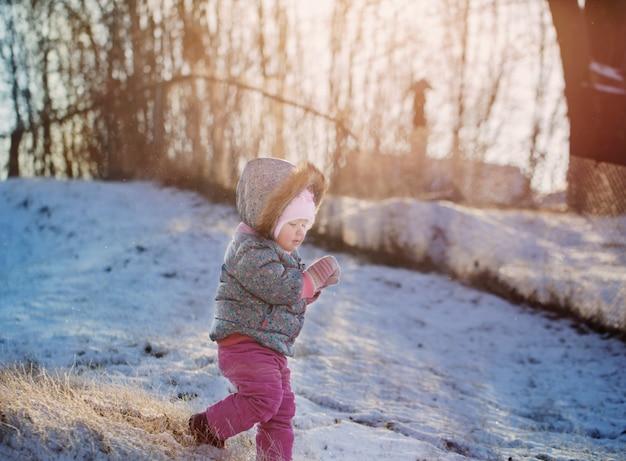 Gelukkig babymeisje op sneeuw