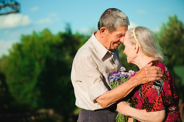 Gelukkig bejaard paar bij aard, gelukkige oude mensen