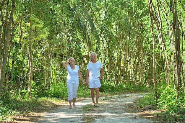 Gelukkig bejaarde echtpaar in tropische tuin buiten