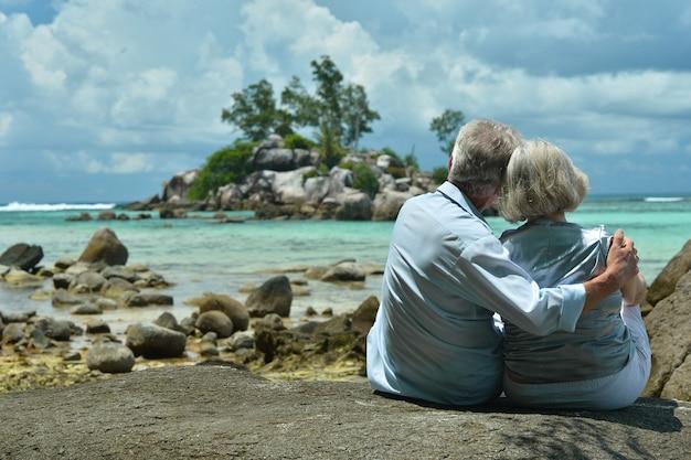 Gelukkig bejaarde echtpaar rust op tropisch strand