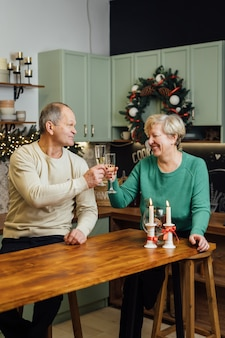 Gelukkig bejaarde echtpaar vieren huwelijksverjaardag. jaren 60 gelukkig pensioen. valentijnsdag senioren. champagne datum. hoge kwaliteit foto