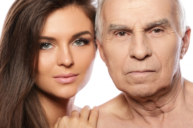 Gelukkig bejaarde vader en zijn mooie dochter