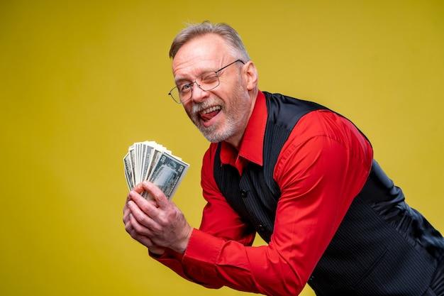 Gelukkig bejaarde zakenman met fan van dollarbiljetten