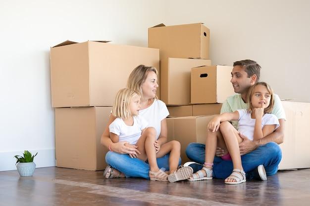 Gelukkig blanke familie zittend op de vloer met kinderen