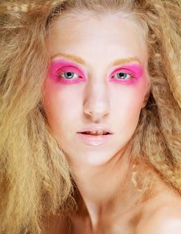 Gelukkig blond met roze make-up