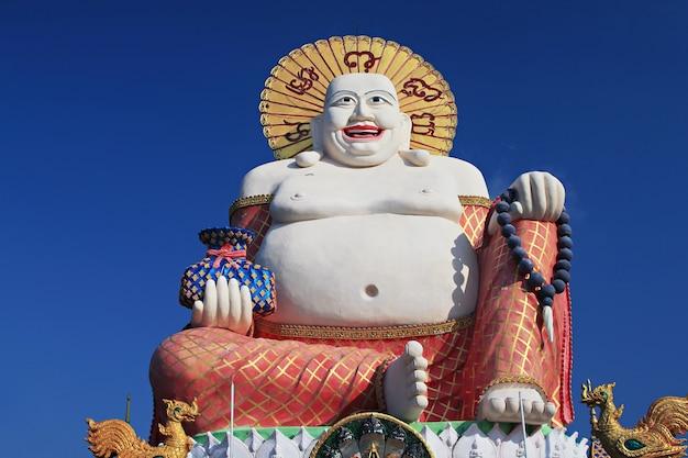 Gelukkig boeddhabeeld op ko samui, thailand