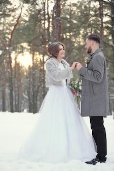 Gelukkig bruidspaar buiten op winterdag