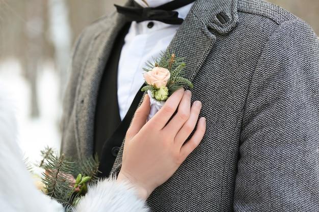 Gelukkig bruidspaar buitenshuis op winterdag, close-up