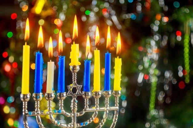 Gelukkig chanoeka rustig beeld van joodse feestdag hanukkah met menora met het nachtzicht uit focusl