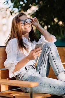Gelukkig charmerende vrouwelijke student geklede witte blouse