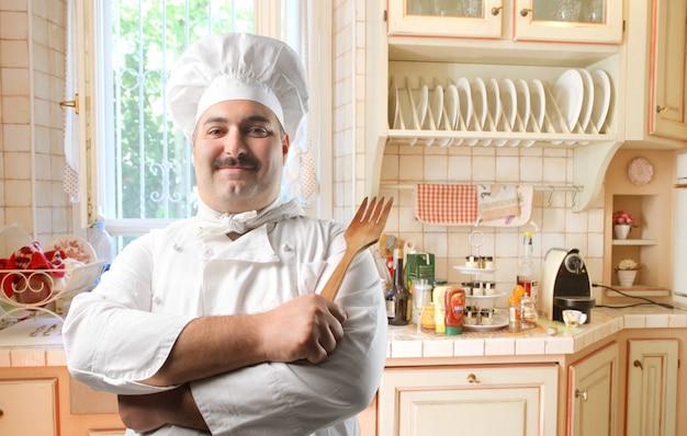 Gelukkig chef-kok in de keuken