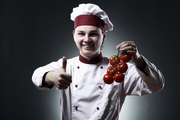 Gelukkig chef-kok met tomaten