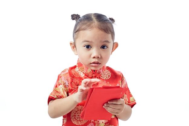 Gelukkig chinees nieuwjaar. glimlach aziatisch meisje dat rode envelop houdt