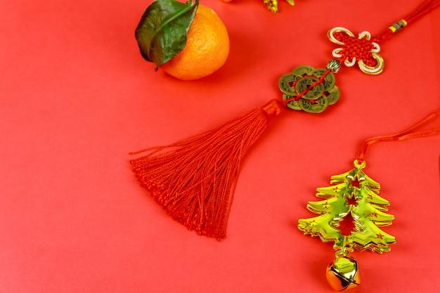 Gelukkig chinees nieuwjaar met traditionele decoratie op rode achtergrond.