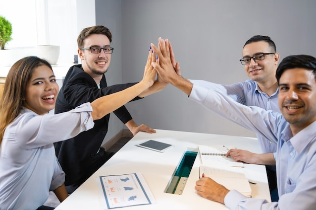 Gelukkig commercieel team dat succesvol opstarten viert