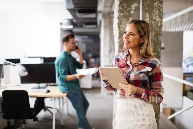 Gelukkig creatief team op kantoor. business, startup, design, brainstorming people en teamwork concept