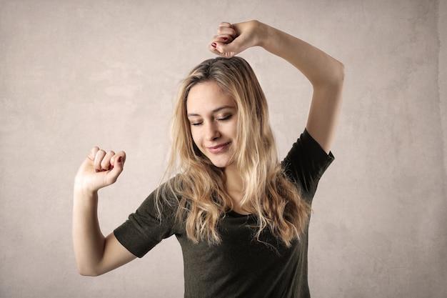 Gelukkig dansend meisje
