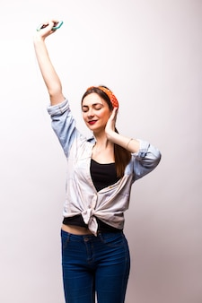 Gelukkig dansende tiener met armen omhoog
